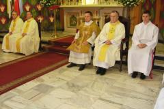 02---księża przy ołtarzu