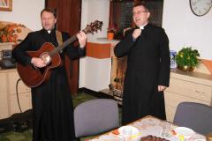 04---śpiewają ks. Piotr i ks. Proboszcz