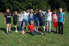 70-chłopcy-przed-codzienną-grą-w-piłkę